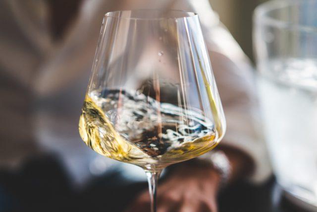 valkoviiniä lasissa
