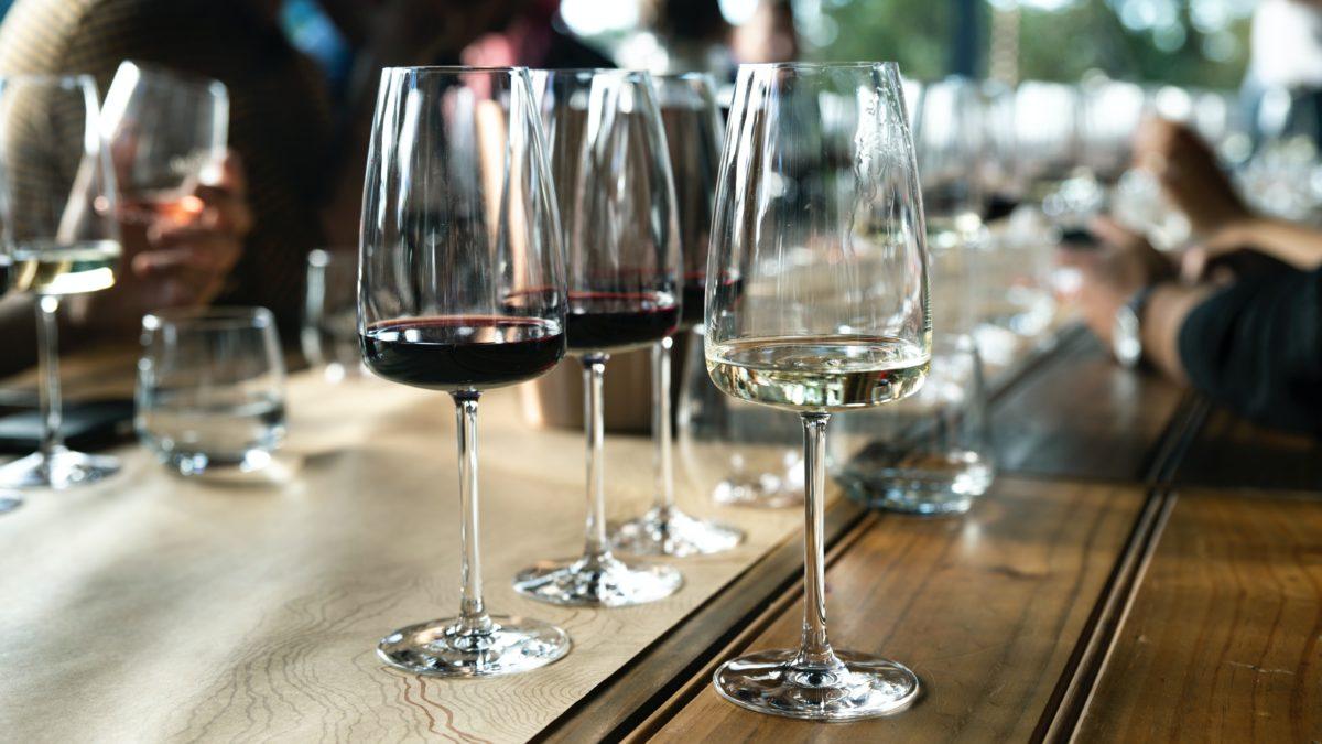 viinilasit pöydällä